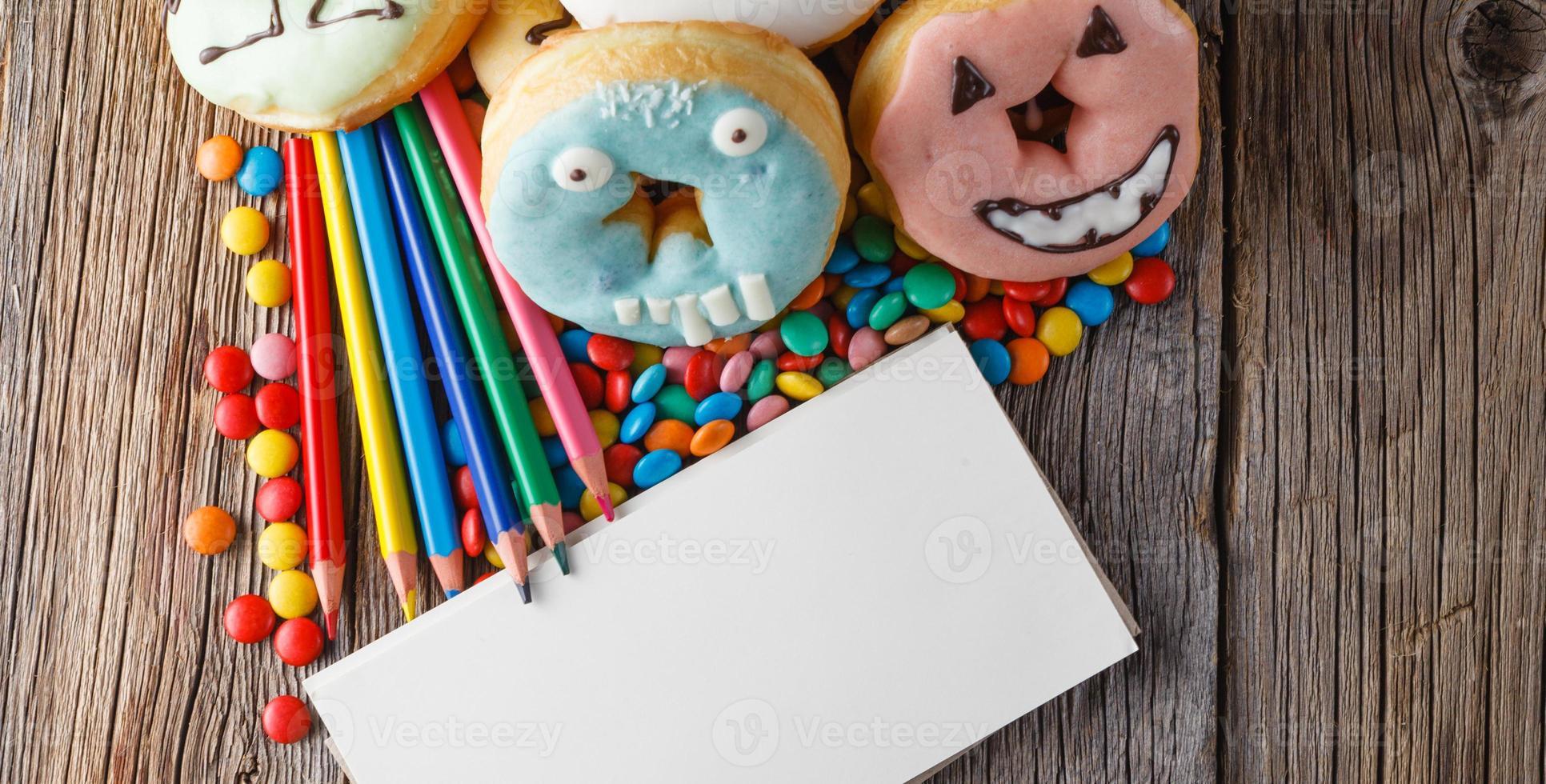 Halloween Donuts auf Holztisch foto