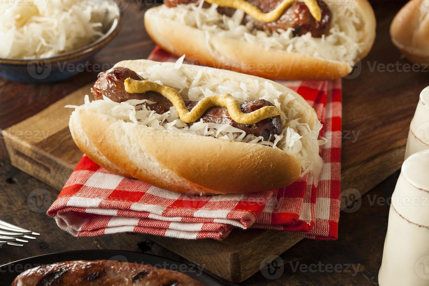 hausgemachte Bratwurst mit Sauerkraut foto