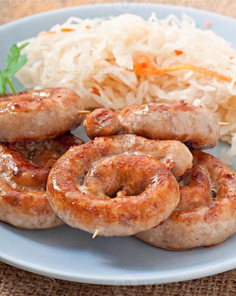 bayerische Bratwürste auf Sauerkraut foto