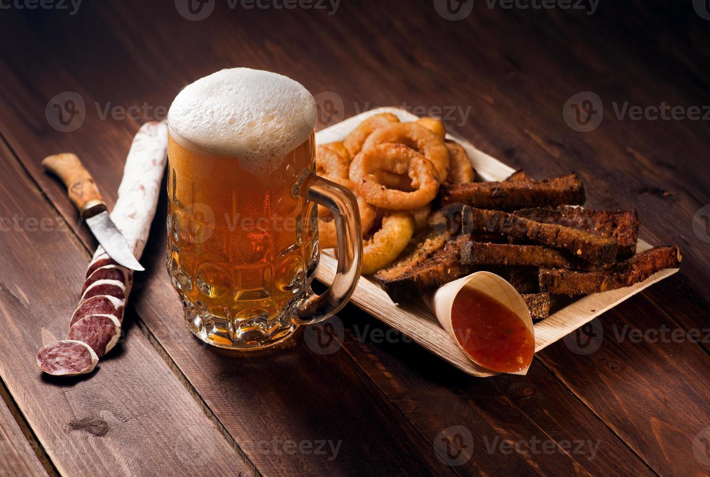 Krug Bier mit Snacks foto