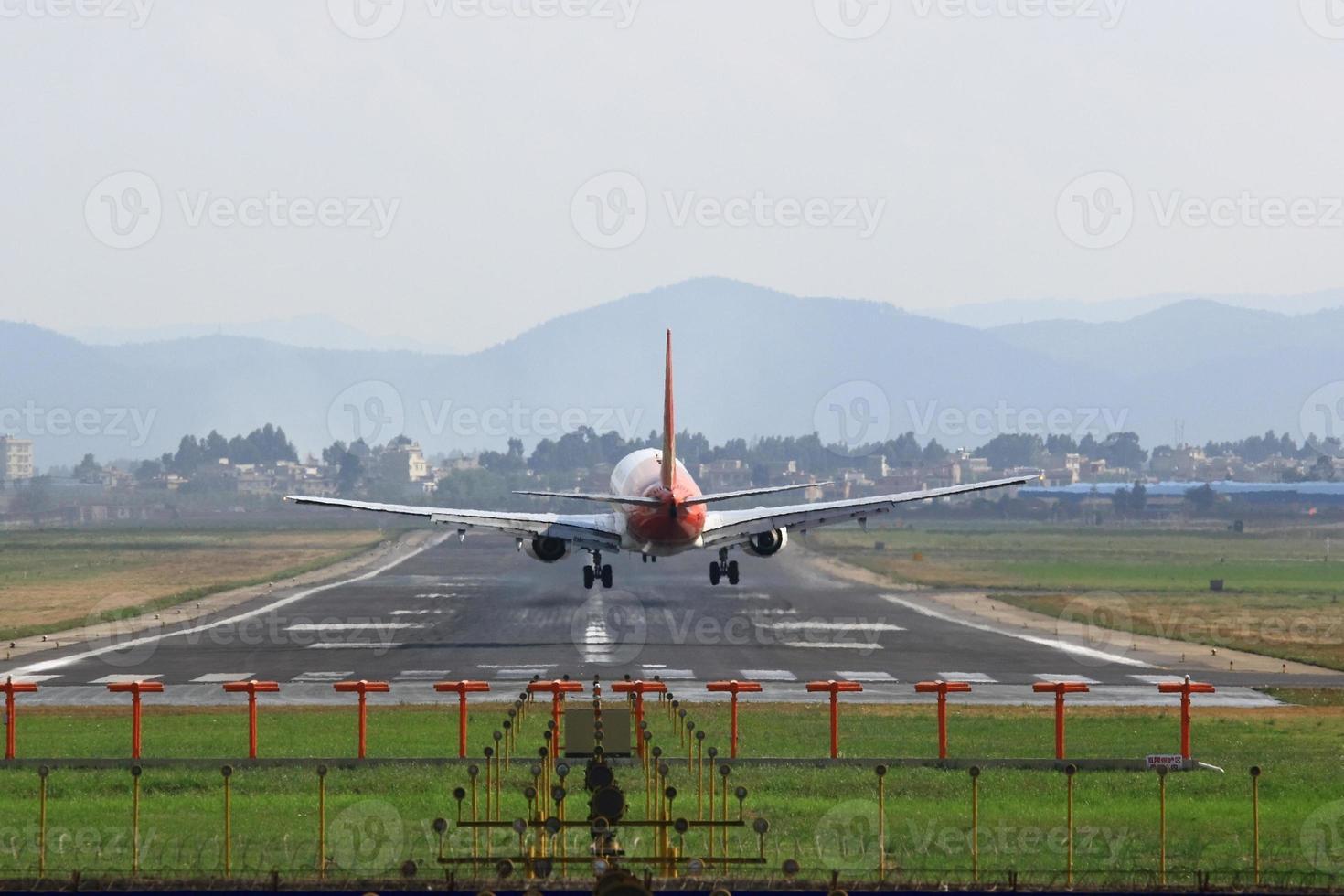 mit Landeflugzeugen zur Landebahn des Flughafens fahren foto