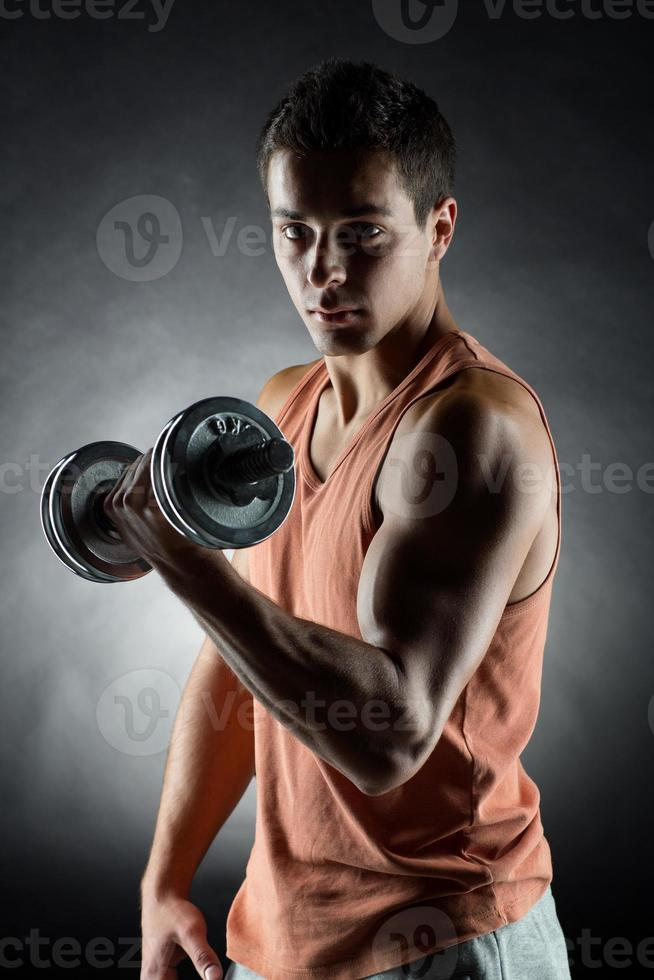 junger Mann mit Hantel foto