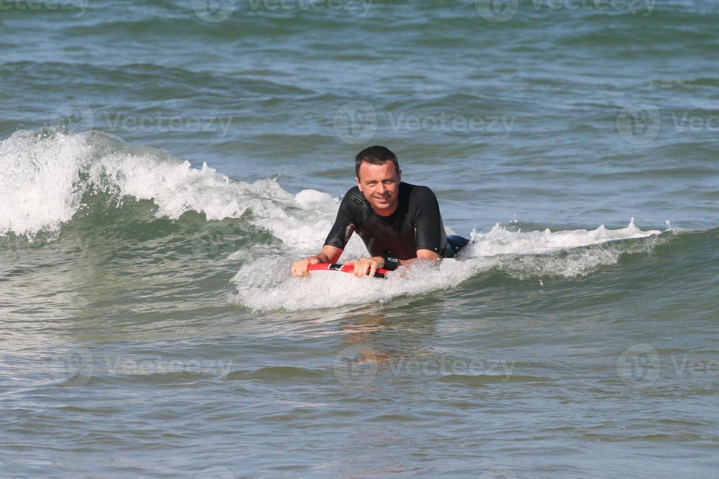 Mann surft Welle foto