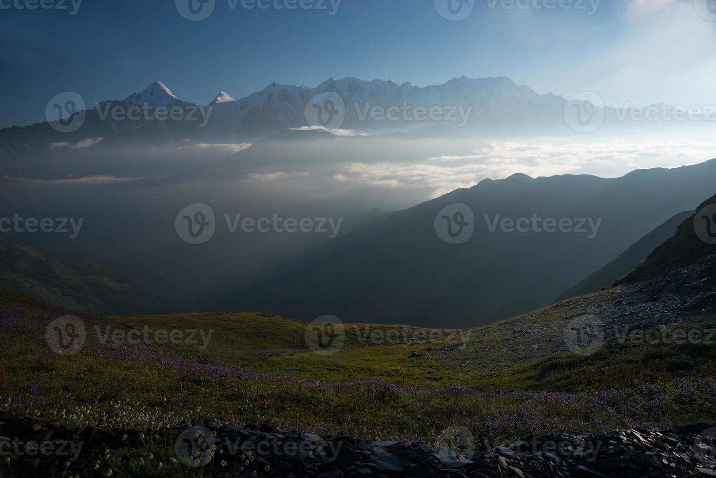 Morgengebirgslandschaft mit Wolken foto