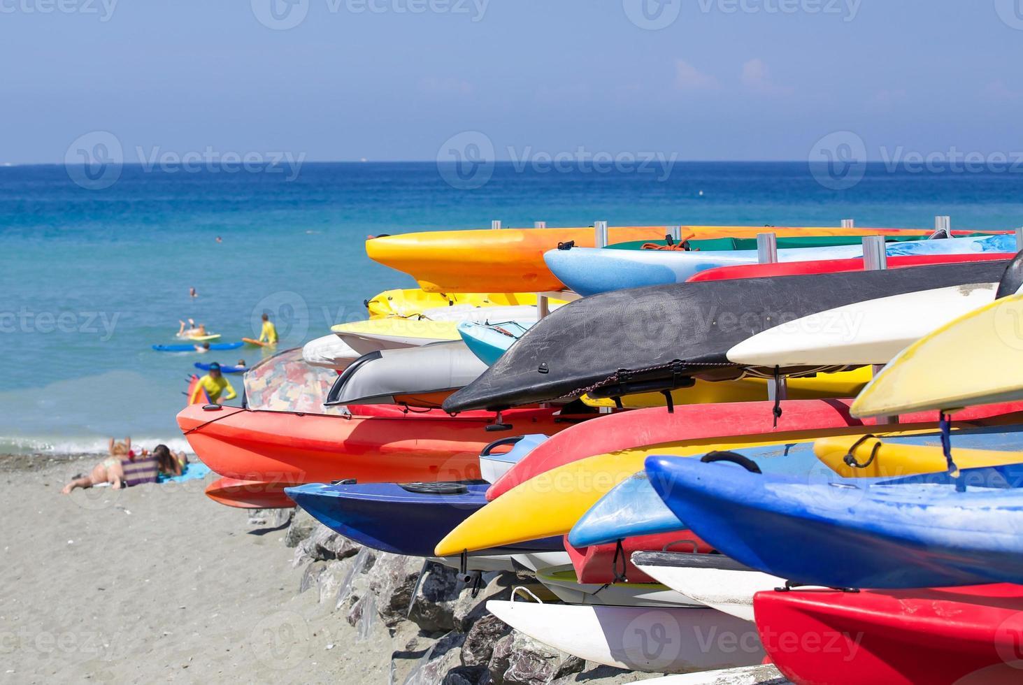 bunte Boote am Strand gestapelt bereit zum Einsatz! foto