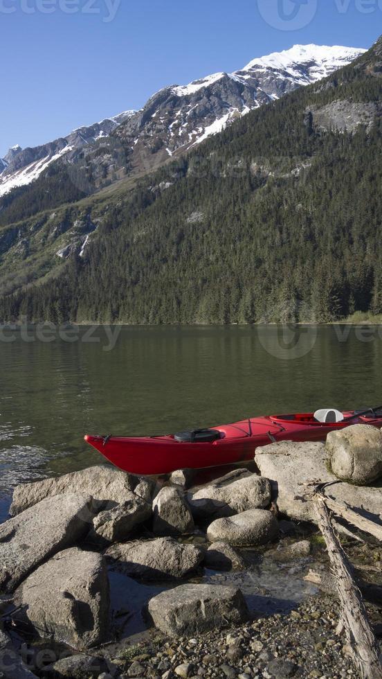 gestrandetes Kajak in Alaska foto