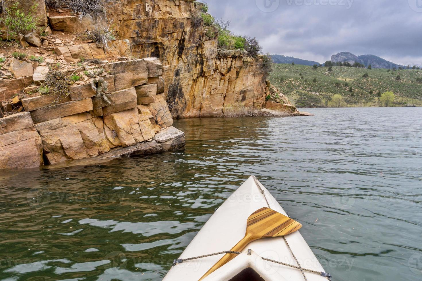 Kanu und Sandstein Klippe foto