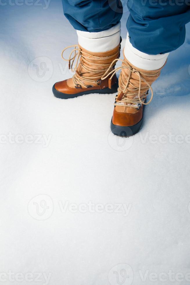 Winterschuhe im Schnee foto