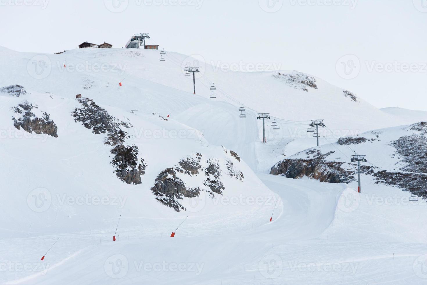Skipiste in den französischen Alpen foto