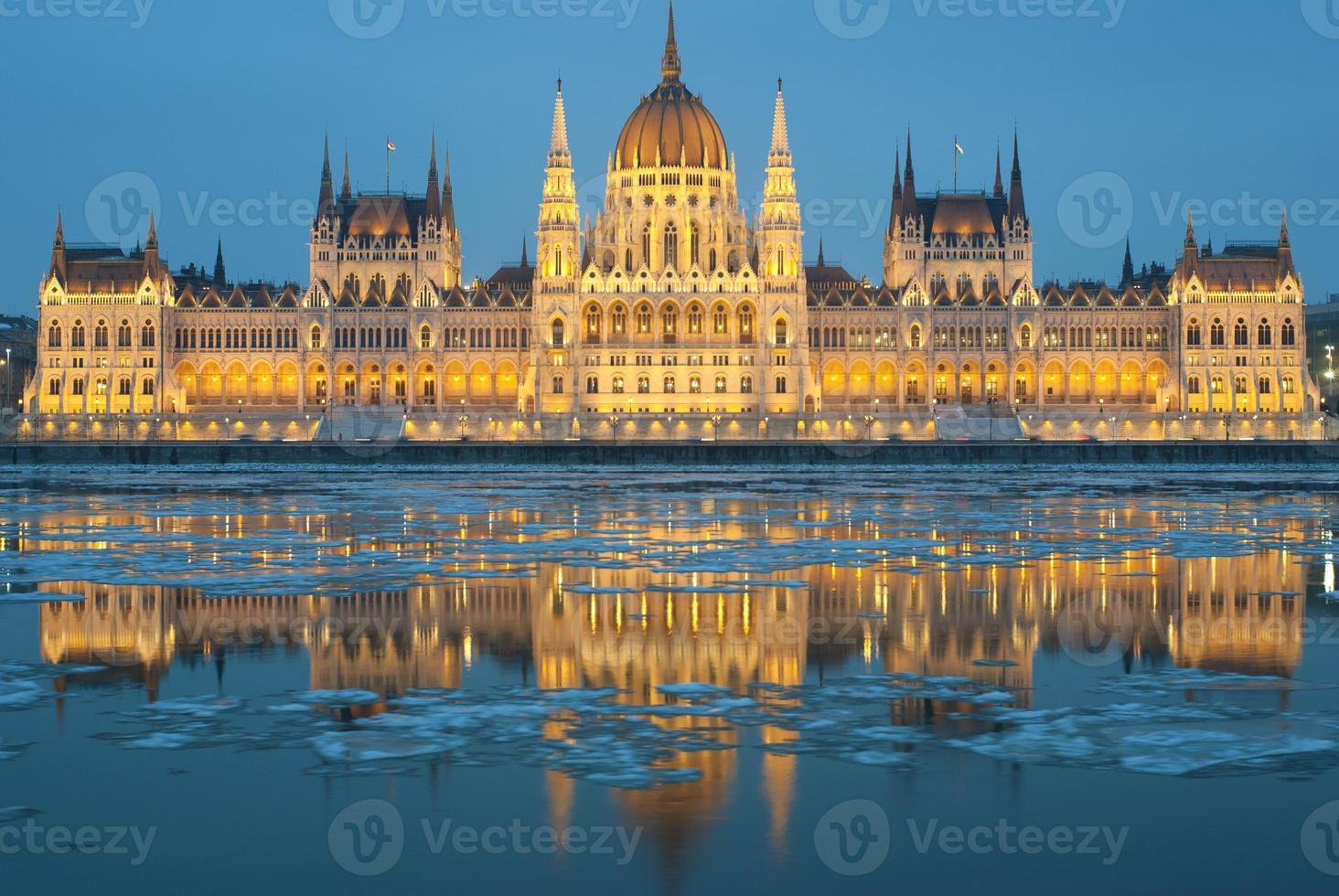 ungarisches Parlament in der Nacht, Winter foto