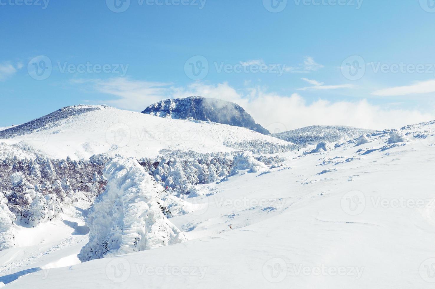 weiße schneebedeckte Winterhügel foto