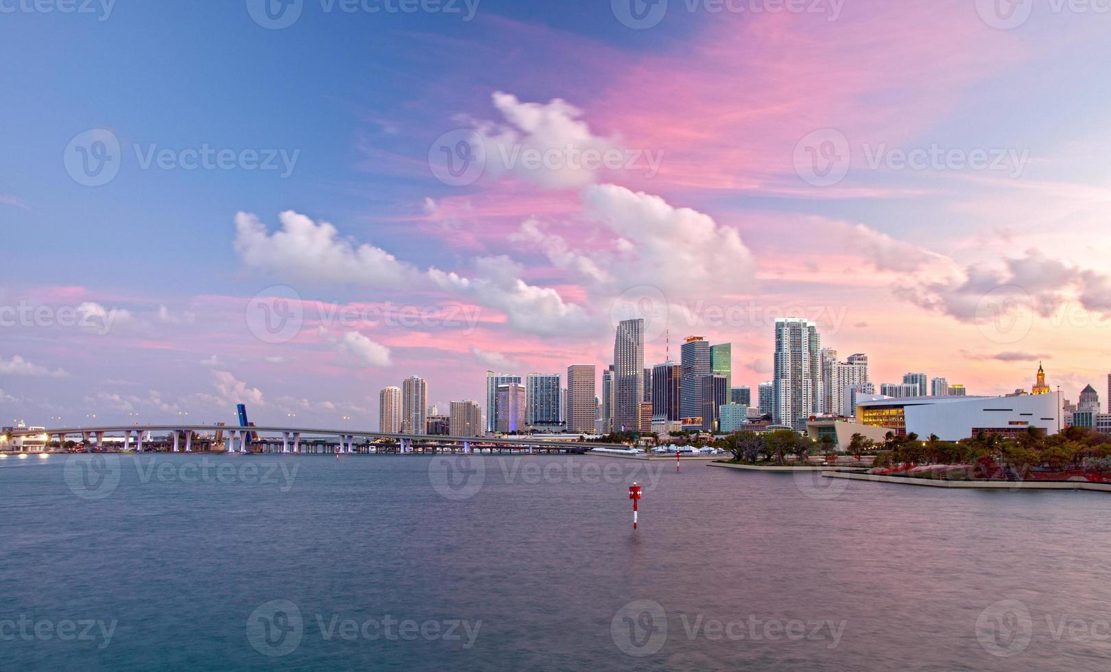 Stadt Miami Florida, buntes Sonnenuntergangspanorama der Innenstadt foto