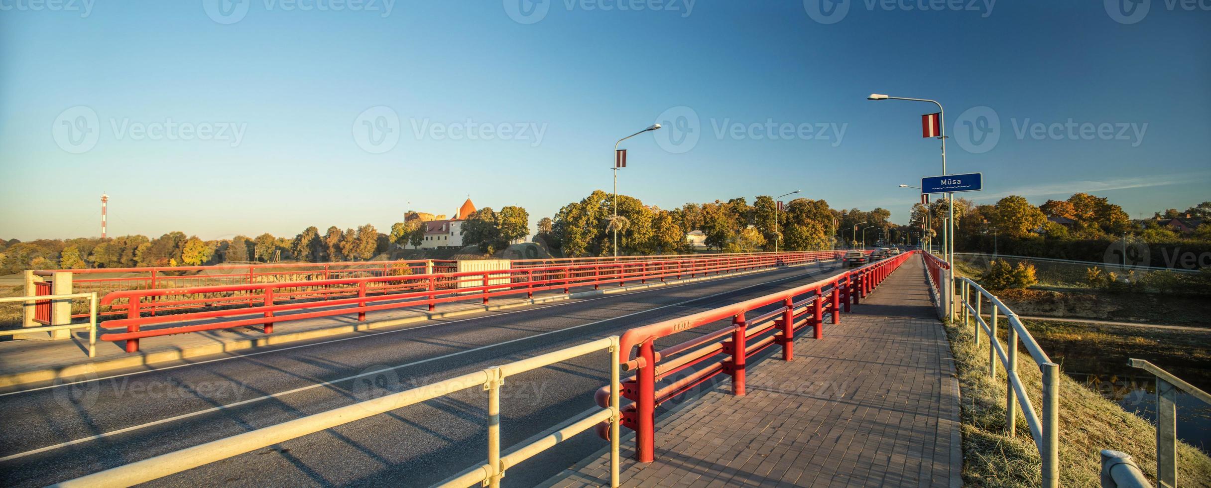 Brücke durch den Fluss Musa in Bauska. foto
