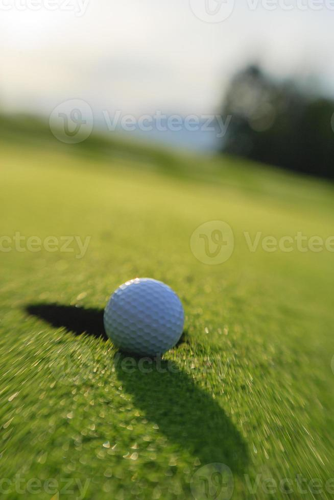 Golfball kurz davor, in das Loch zu fallen. foto