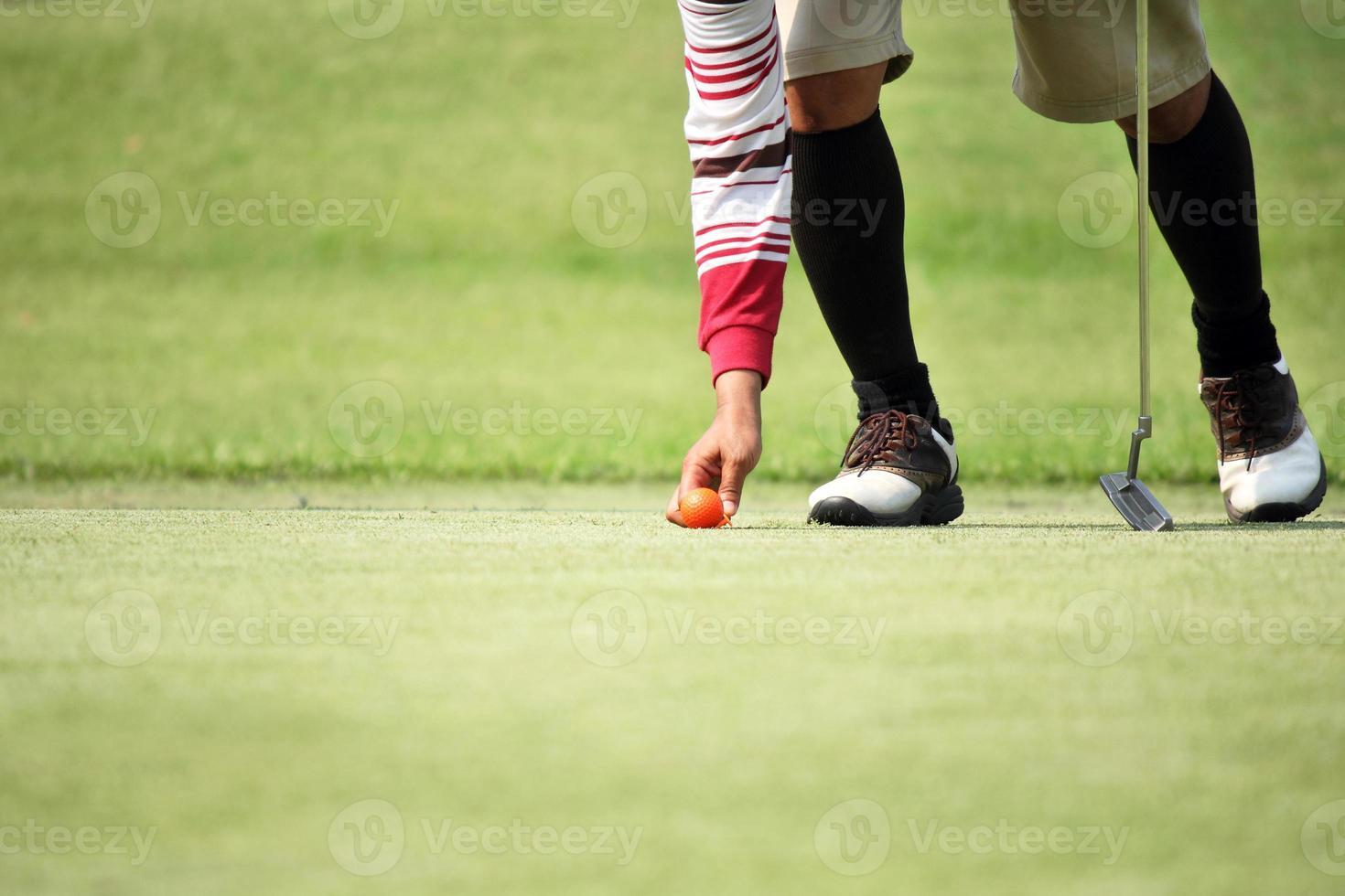 Golfer markieren seine Position Ball foto