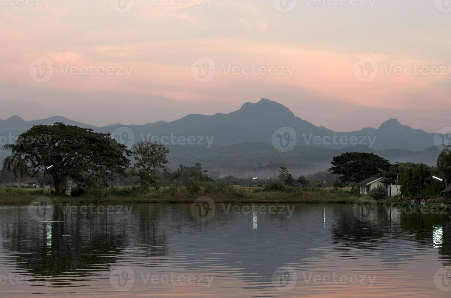 Berg hinter See in Thailand foto