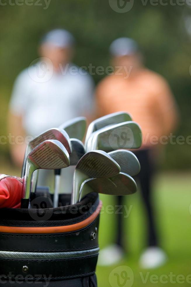 Golfschläger in der Tasche am Golfplatz foto