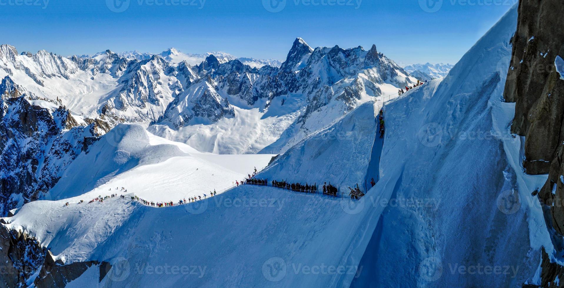 Panorama mit Skifahrern auf dem Weg nach Vallee Blanche, Frankreich foto