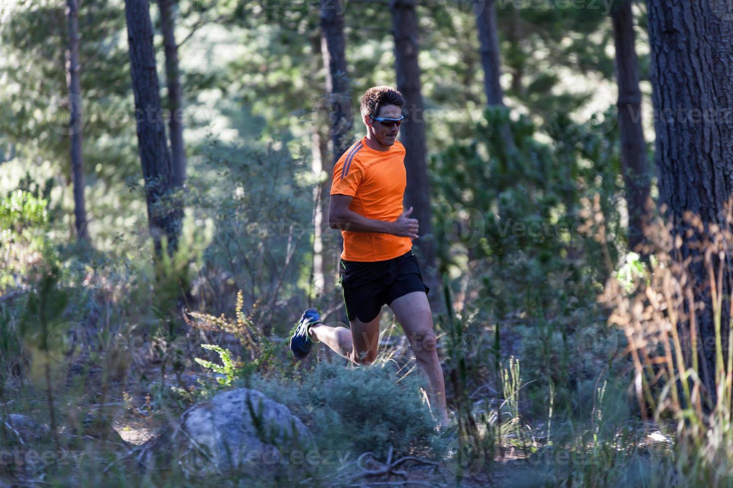 starker Läufer im Wald foto