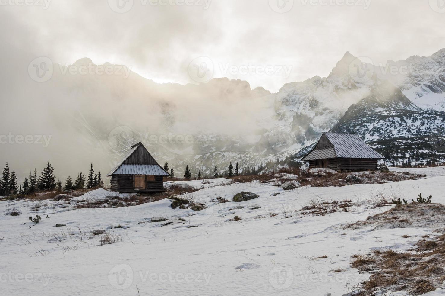 Tal mit Nebel bedeckt foto