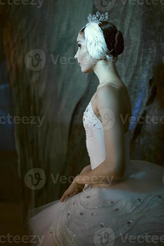 Ballerina steht hinter der Bühne, bevor sie auf die Bühne geht foto