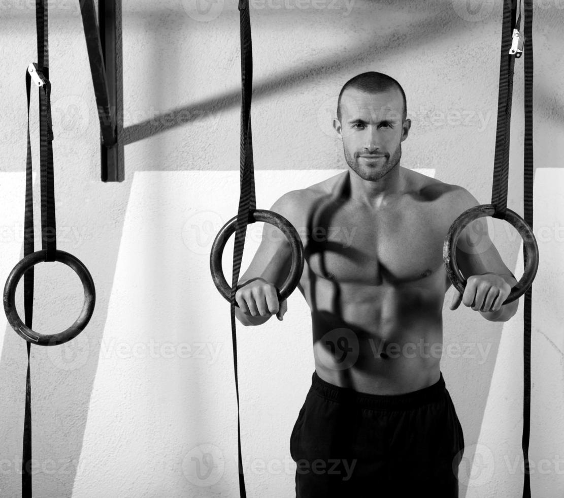 Turnhalle Dip Ring Mann entspannt nach dem Training im Fitnessstudio foto