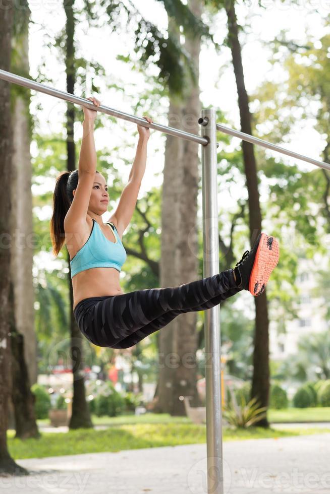 Training der unteren Bauchmuskeln foto