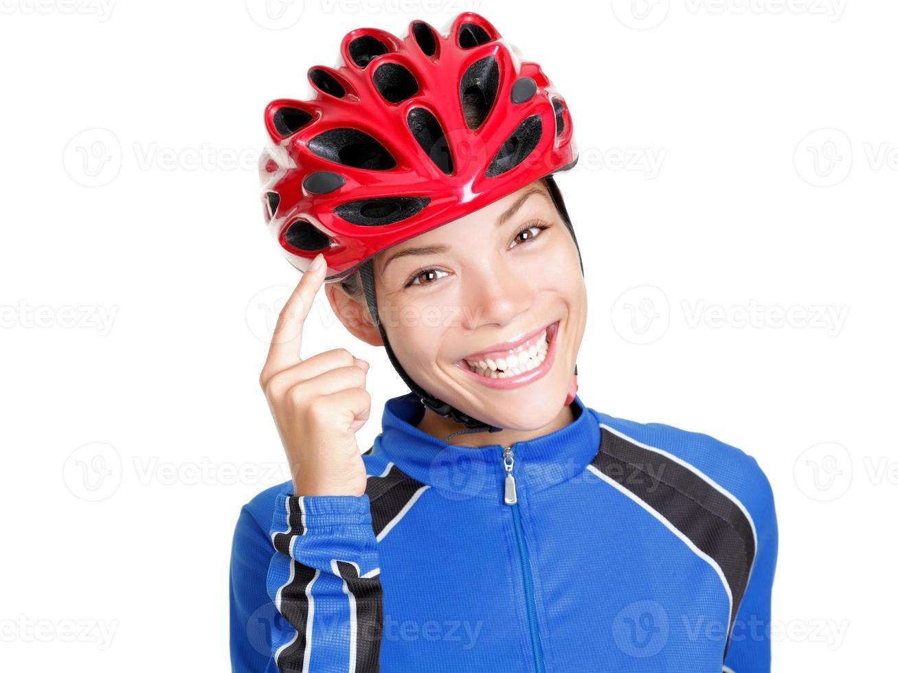 Überlegen! Fahrradhelmfrau isoliert foto