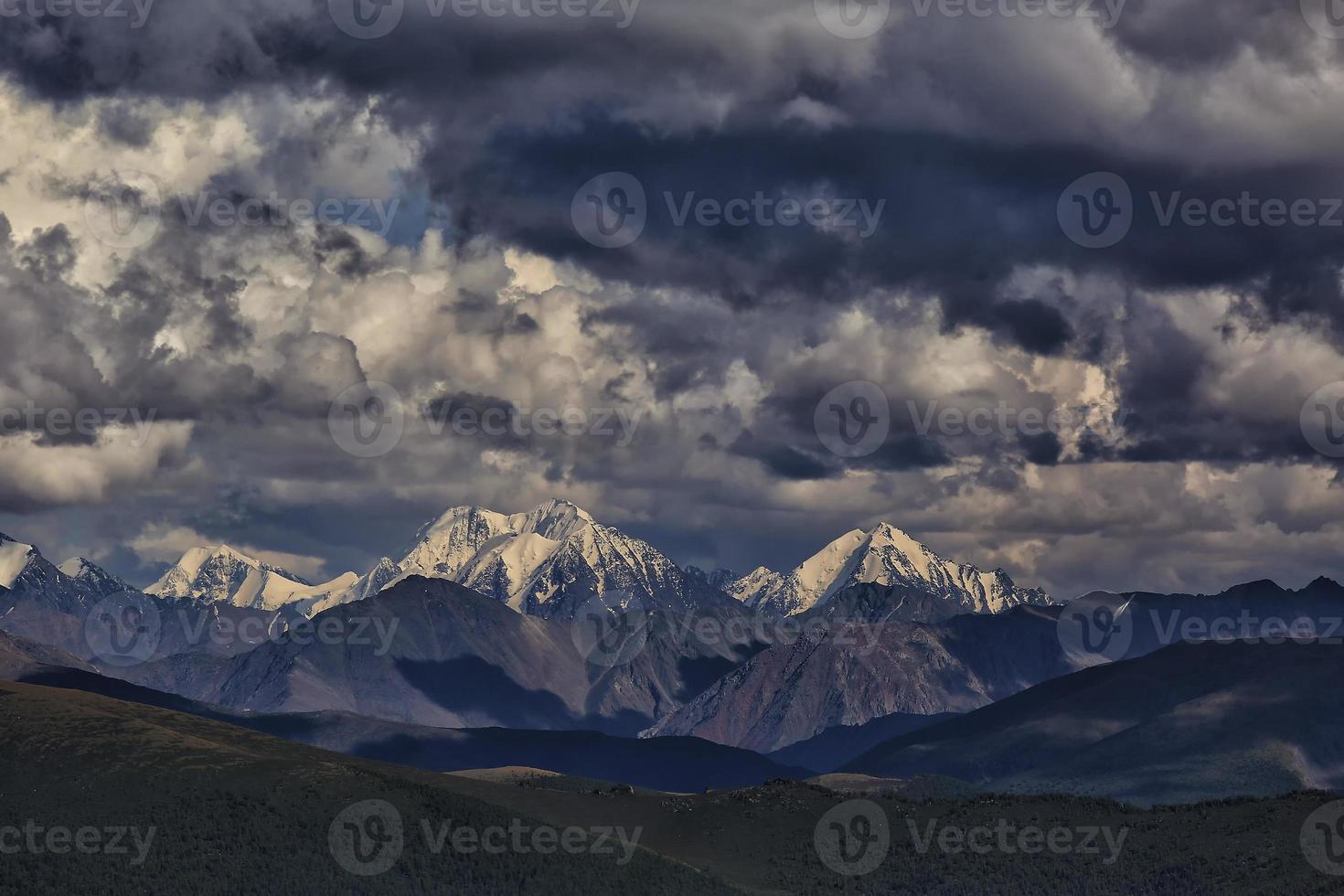Berge. Eiskappen Gletscher bei bewölktem Wetter foto
