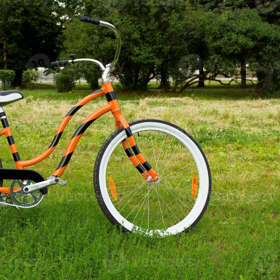 ein orangefarbenes Fahrrad foto