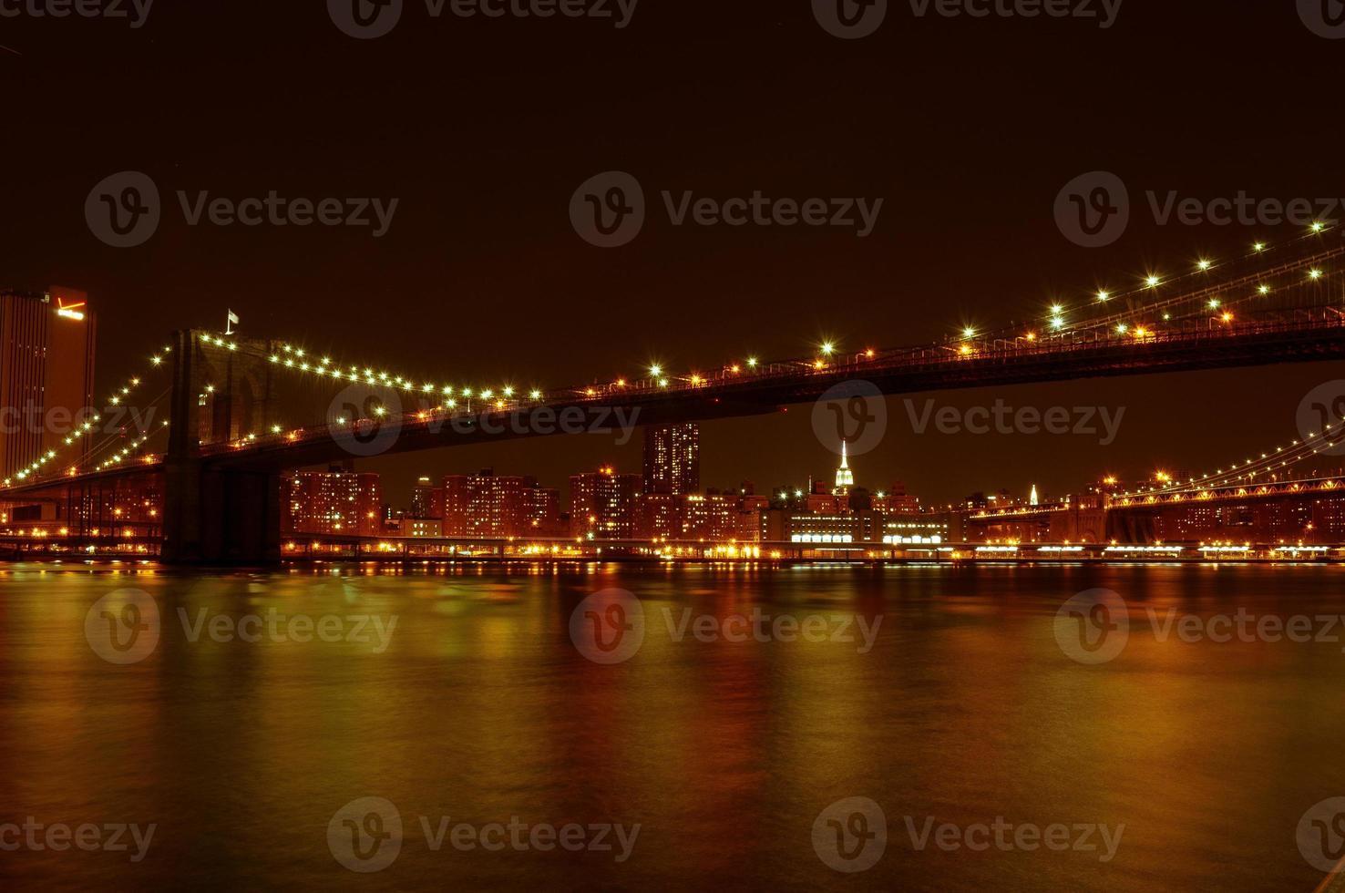 Brooklyn Bridge und Manhattan Waterfront in der Nacht foto