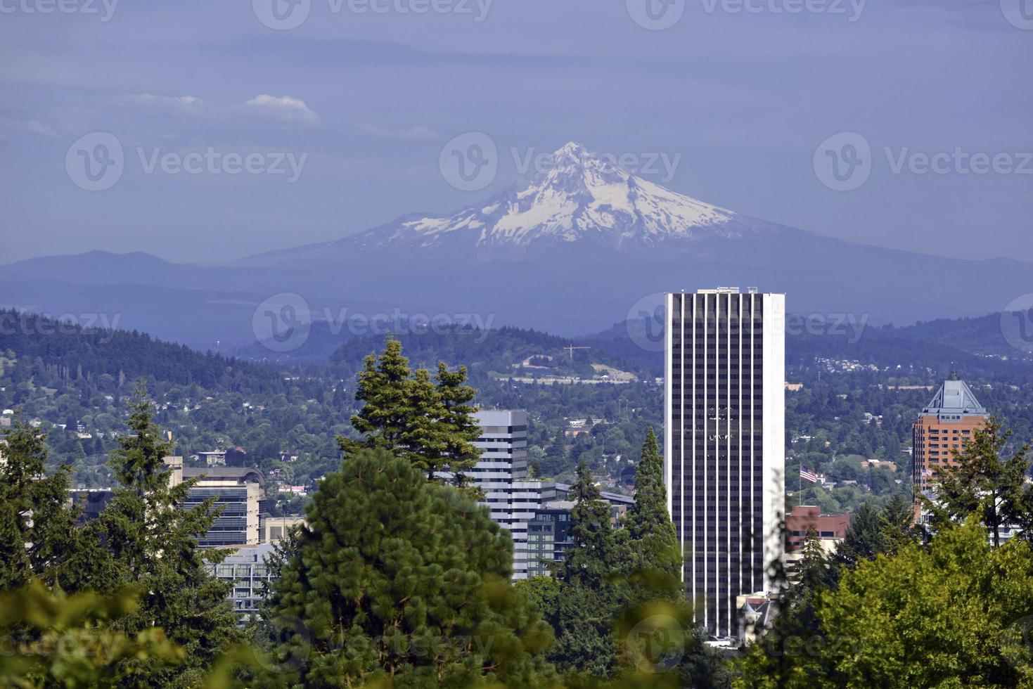 montieren Sie die Haube mit Portland im Vordergrund, Oregon foto