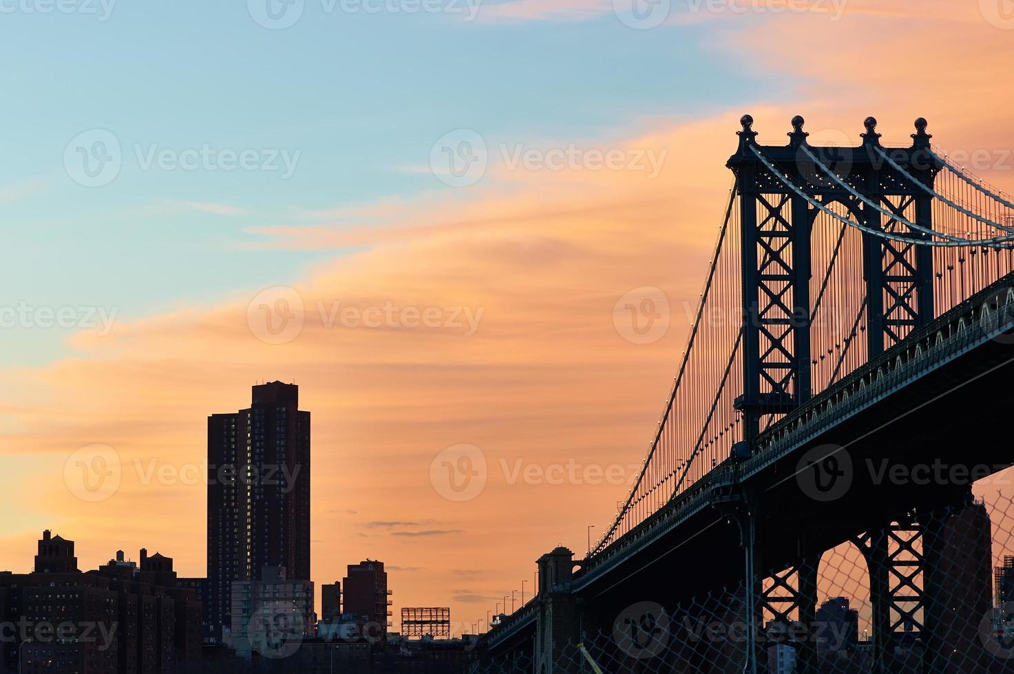 Manhattan Brücke und Skyline Silhouette Ansicht von Brooklyn bei Sonnenuntergang foto