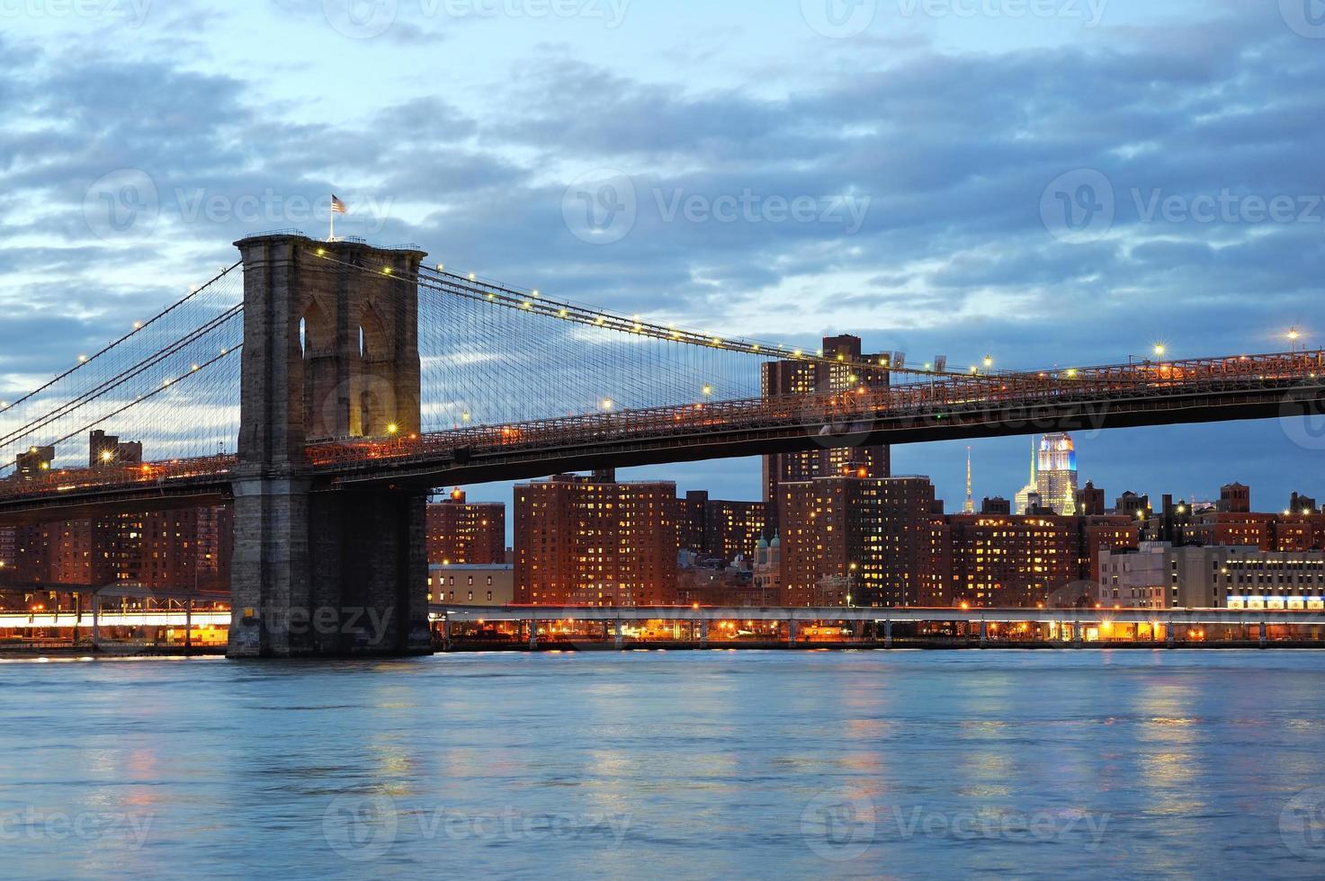 Brooklyn Bridge mit Skyline der Innenstadt in der Abenddämmerung foto
