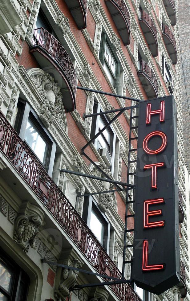 schönes altes Hotel mit Leuchtreklame in New York City foto
