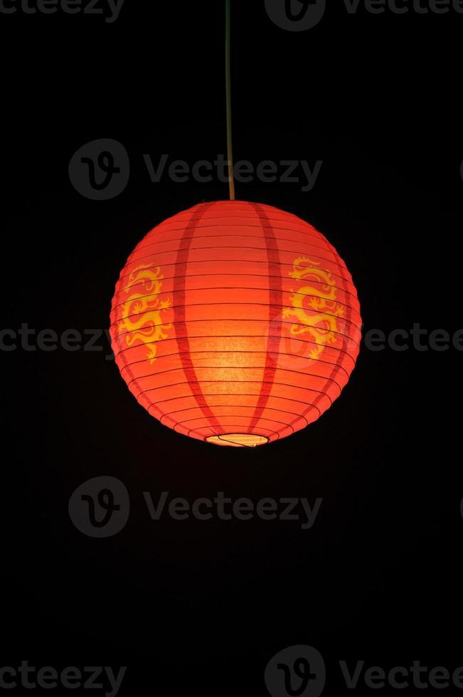hängende chinesische Laterne vor einem schwarzen Hintergrund foto