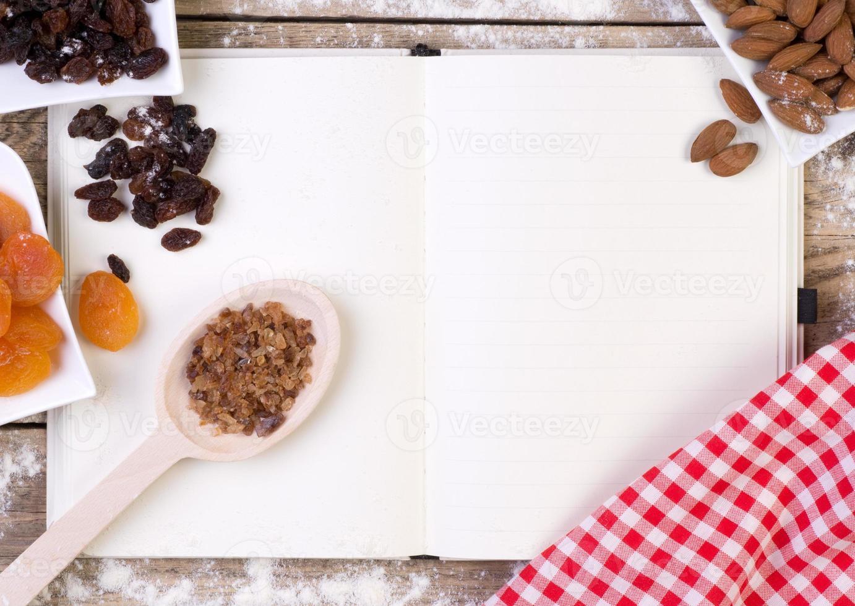 leeres Rezeptbuch mit Kuchenzutaten foto