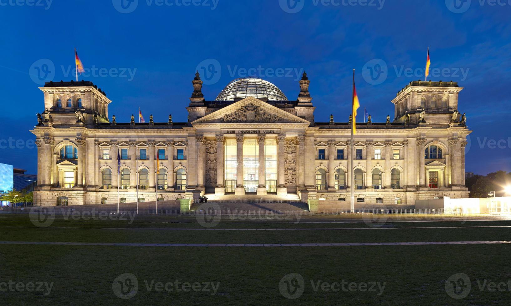 berlin reichstag, panoramablick bei nacht foto