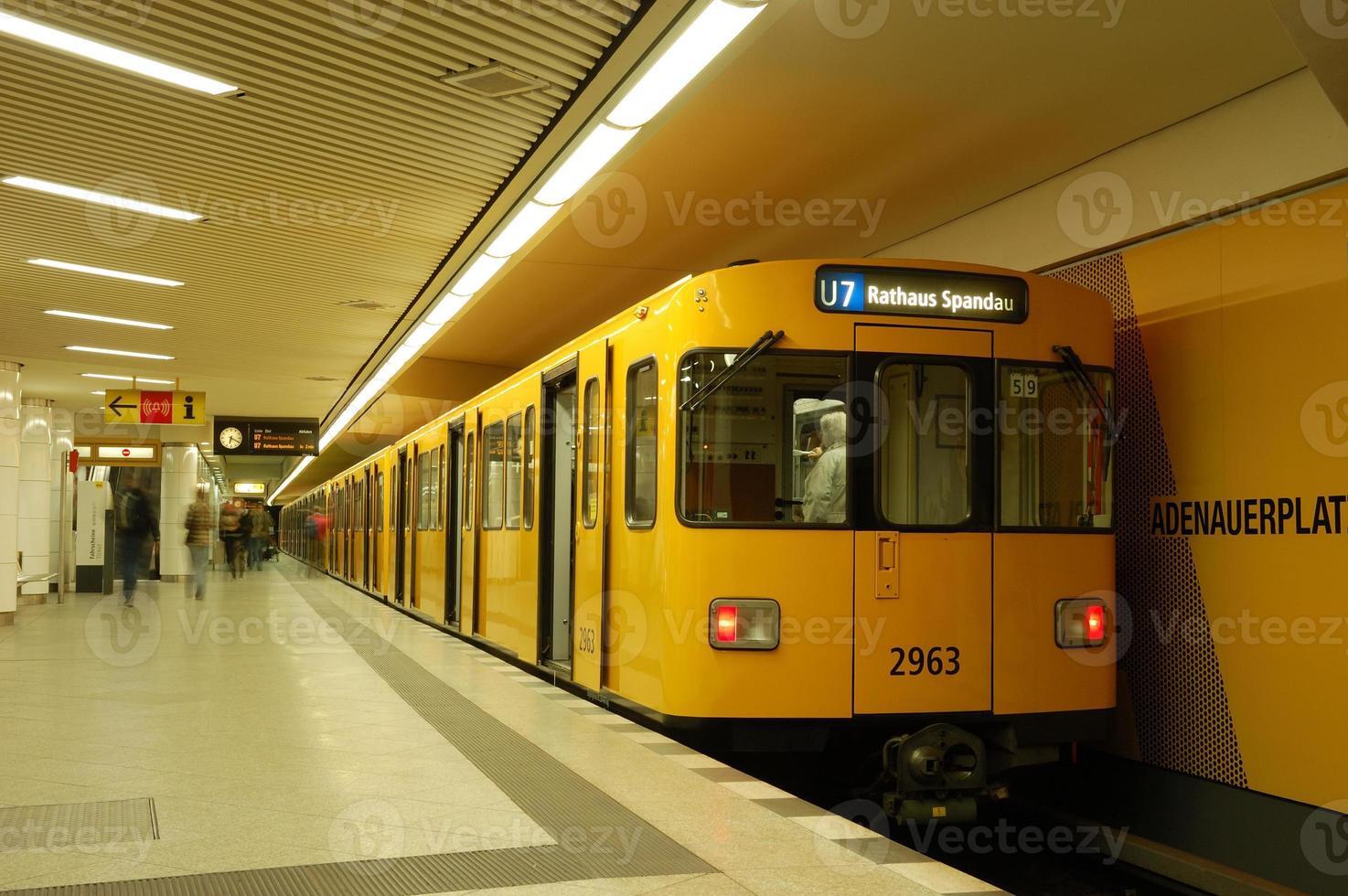 Zug in der U-Bahnstation foto