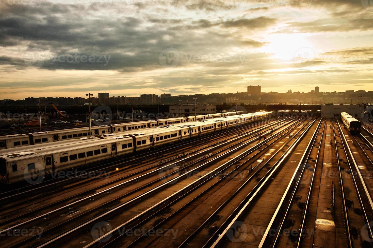 Bahnhof mit Zug unter Sonnenuntergang foto