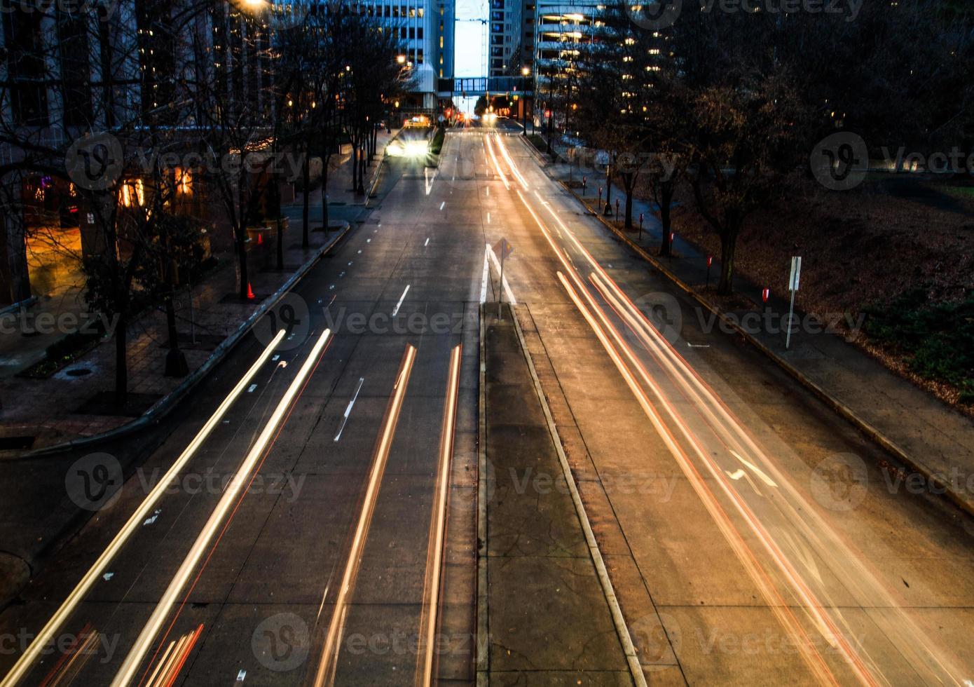 Lichter und Geschwindigkeit der Stadt foto