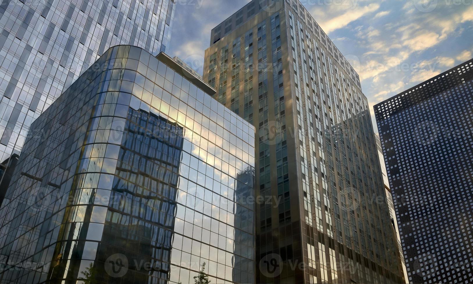 Stadtgeschäftsgebäude in Seoul, das den Himmel reflektiert - foto