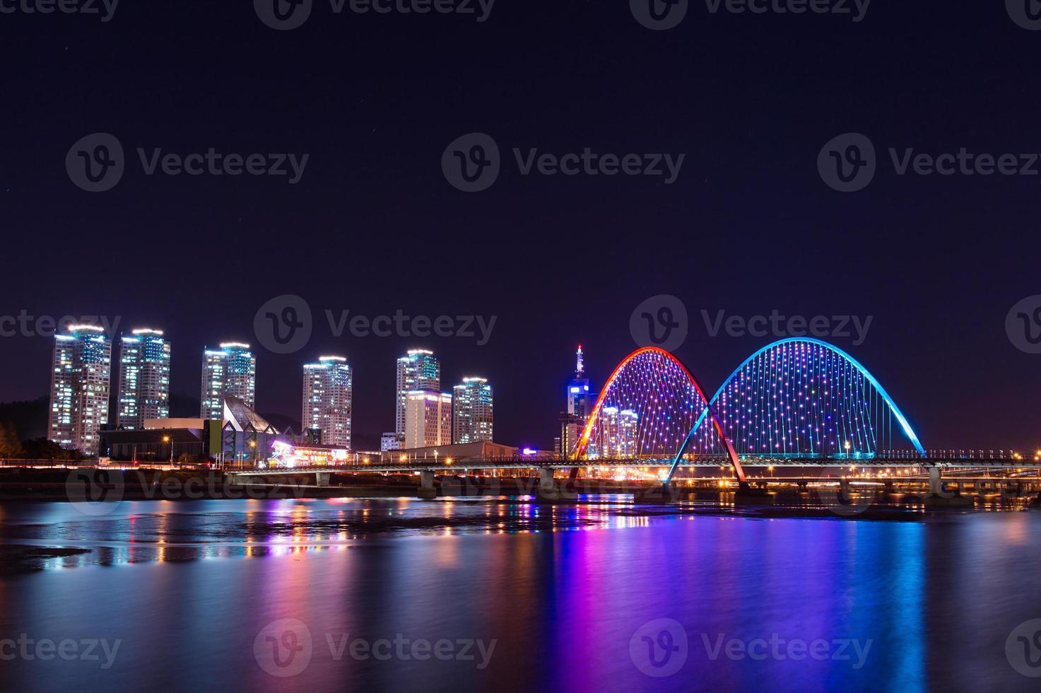 Expro Brücke in der Nacht in Daejeon foto