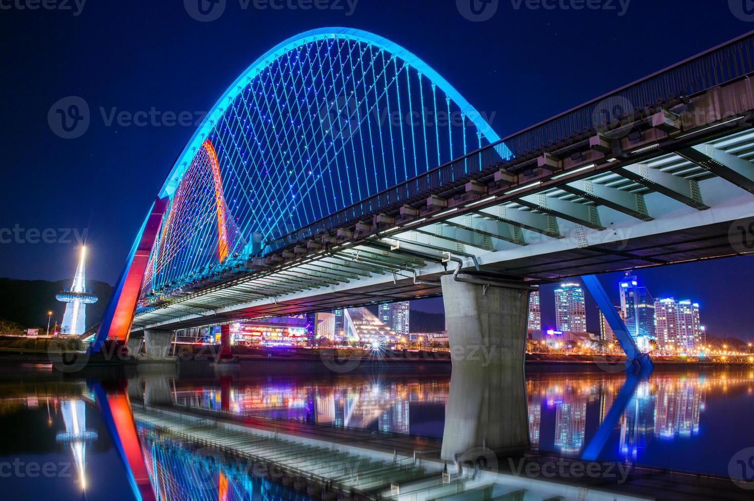 Expro Brücke in der Nacht in Daejeon, foto