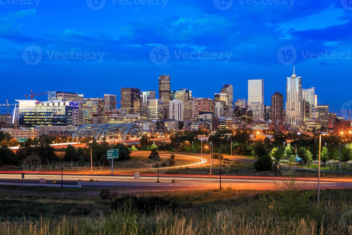 Denver Skyline Langzeitbelichtung in der Dämmerung. foto