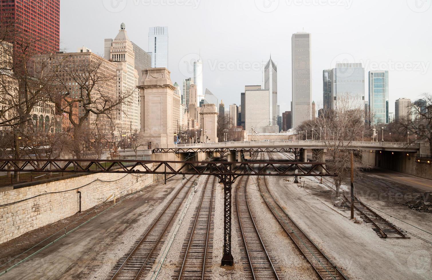 Eisenbahnbahngleise Güterbahnen Innenstadt Chicago Skyline Transport foto