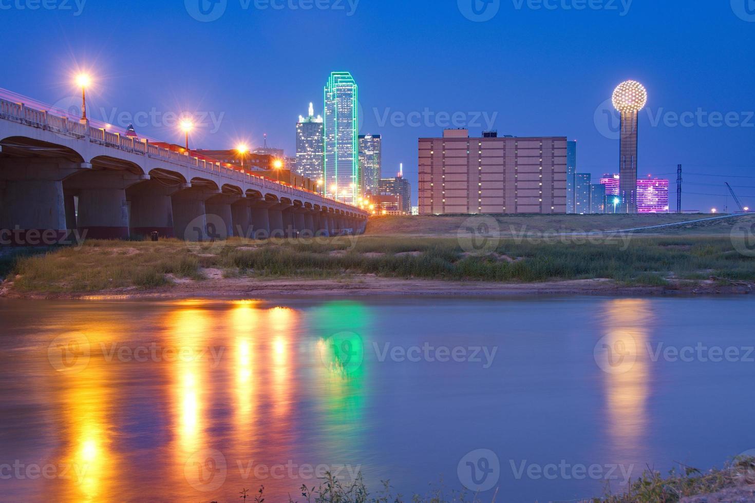 Downtown Dallas, Texas Skyline in der Nacht reflektiert in Trinity Ri foto