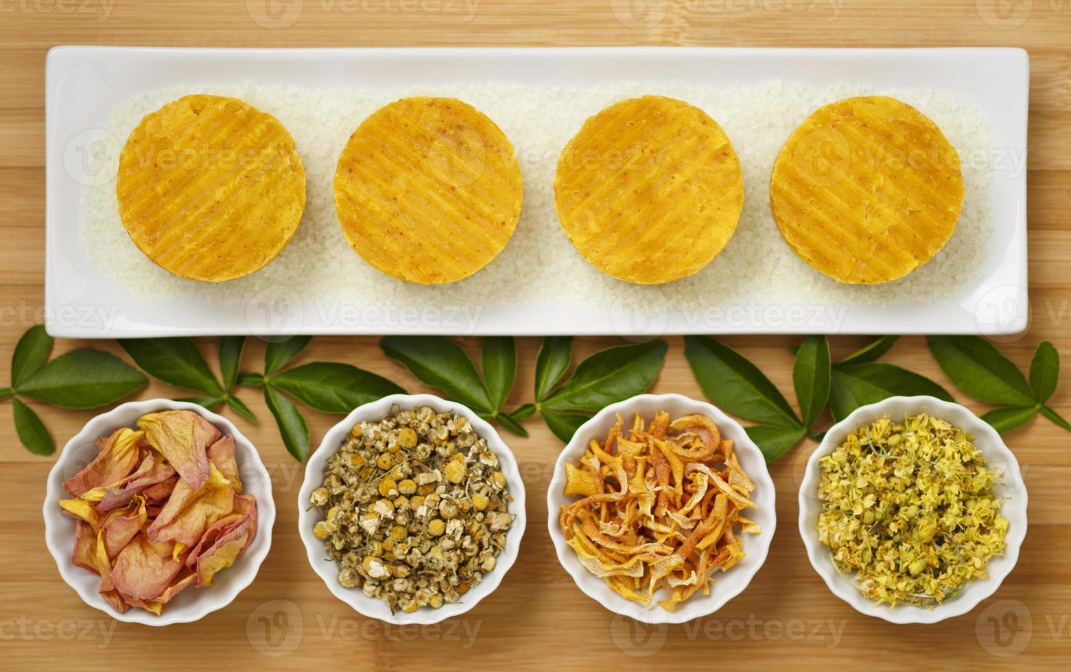 handgemachte natürliche gelbe runde Seife kreative Produktfotografie Styling foto