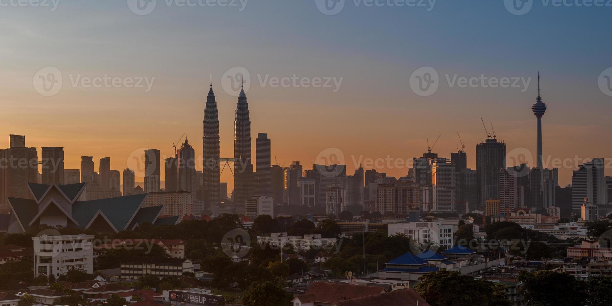 Panorama der Stadt Kuala Lumpur bei Sonnenaufgang (2x1) foto