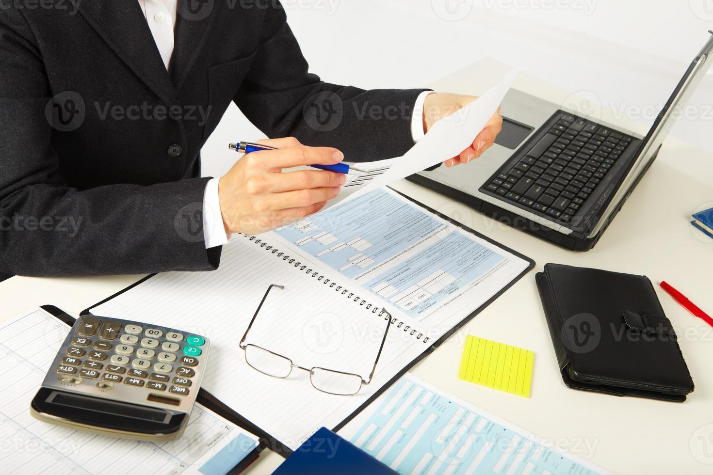 Geschäftsfrau arbeitet mit Dokumenten foto